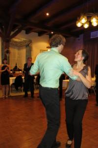 Das Geburtstagskind Carola schwingt das Tanzbein.